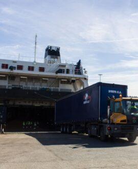 Buque de suardiaz Group con camión de carga